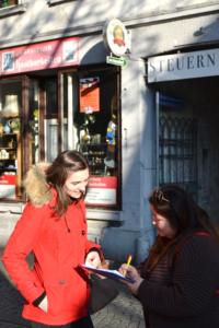 Straßenbefragung bei strahlendem Sonnenschein in der Koblenzer Altstadt